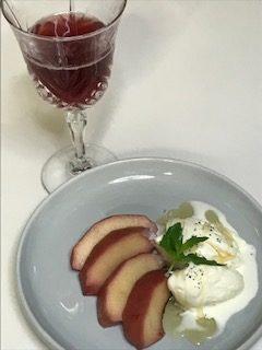 リンゴのコンポート盛り付けとシロップのジュース